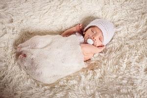hypnobirthing babymassage duisburg marie sanfte geburt mützchen schnuller schlafendes baby